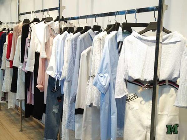 惠之良品女装店铺展示